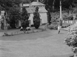 Mr. W. Williams, Royal Oak, Ponrhyneu*raeth - Reg, Guest and friends at Port Meirion - self portrait - Jul-69 thumbnail